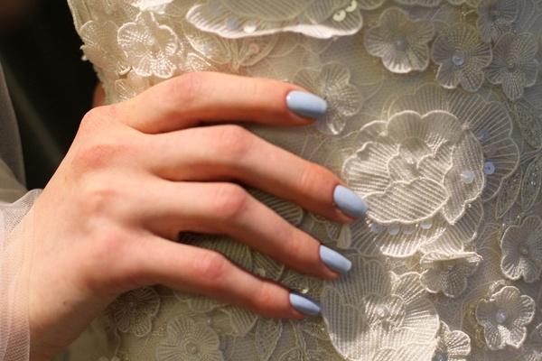 Νυφικά_μπλε_νύχια_ιδανική_επιλογή_για_μοντέρνες_νύφες (1)