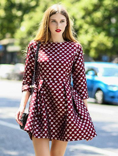 Το girly ντύσιμο στα καλύτερα του γεμάτο prints με καρδιές