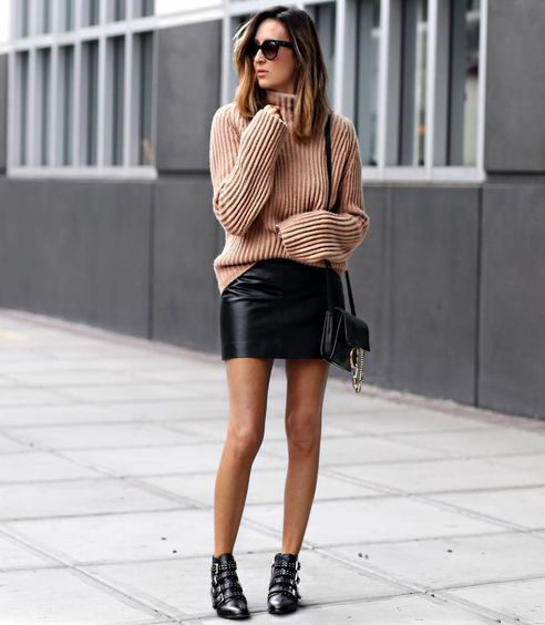 ... pencil φούστα σε συνδυασμό με blue black πουλόβερ και μποτάκια με  χοντρό τακούνι είναι το outfit που μπορεί να φορεθεί από το πρωί μέχρι το  βράδυ και να ... f68929fe591