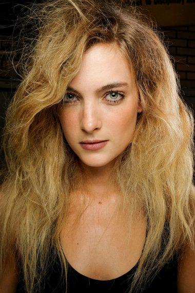 Συμμορφώστε τα σπαστά μαλλιά που φριζάρουν f74a41bbce1