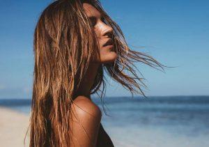 Αντηλιακό μαλλιών: γιατί είναι απαραίτητο στην παραλία