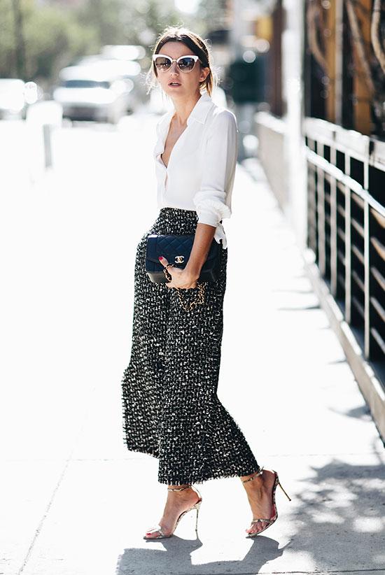 9d486faaaadf Μια εντυπωσιακή παντελόνα με prints και μήκος πάνω από τον αστράγαλο είναι  μια καταπληκτική casual chic πρόταση. Το λευκό πουκάμισο και ένα ζευγάρι  ασημένια ...
