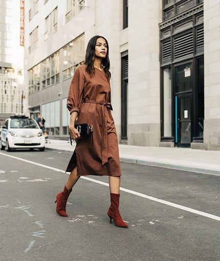 Midi φόρεμα με μπότα: ο απόλυτος συνδυασμός κάθε στιγμή