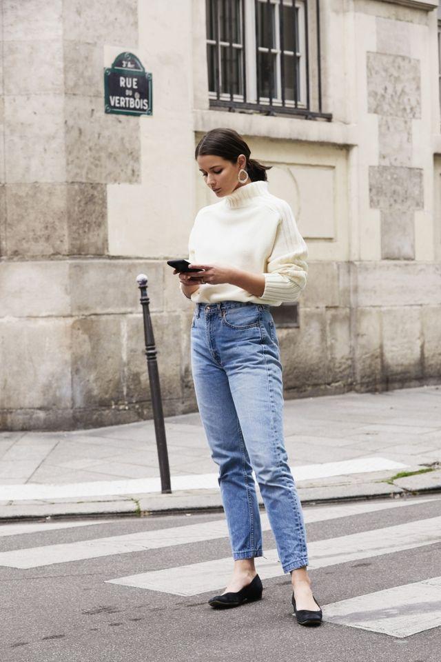 fee5406bbeb6 Οι mom jeans συνδυασμοί με πλεκτά είναι οι πιο κομψοί! Με ζιβάγκο, crop  πλεκτά ή πουλόβερ, τα mom fit jeans αποκτούν την απαραίτητη cozy διάσταση.  Αυτά τα ...